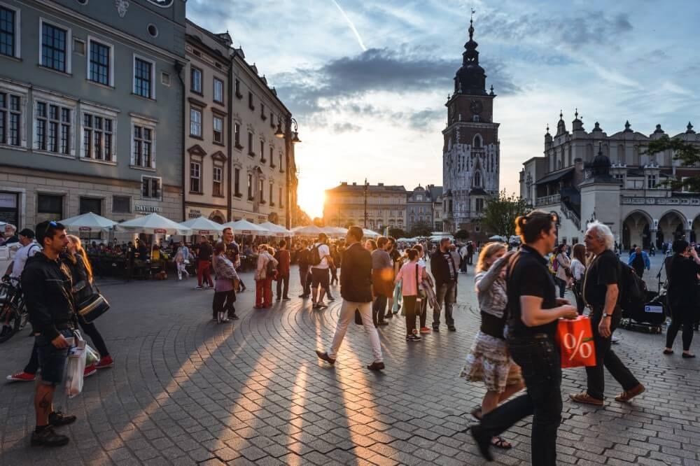 Stary rynek Krakowa z wieloma turystami
