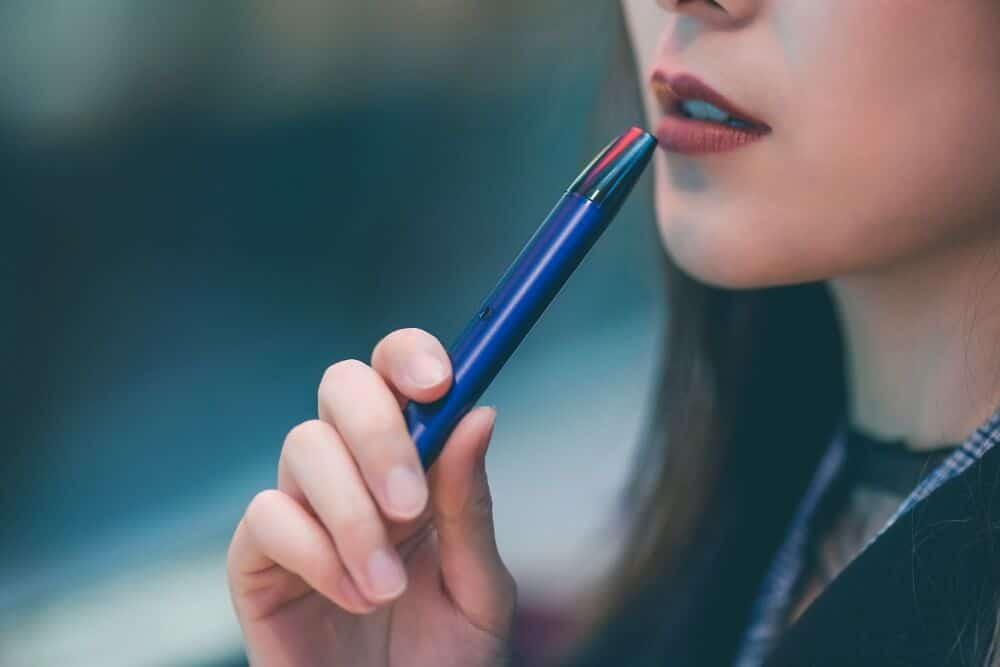 dziewczyna paruje e-liquid z konopi CBD