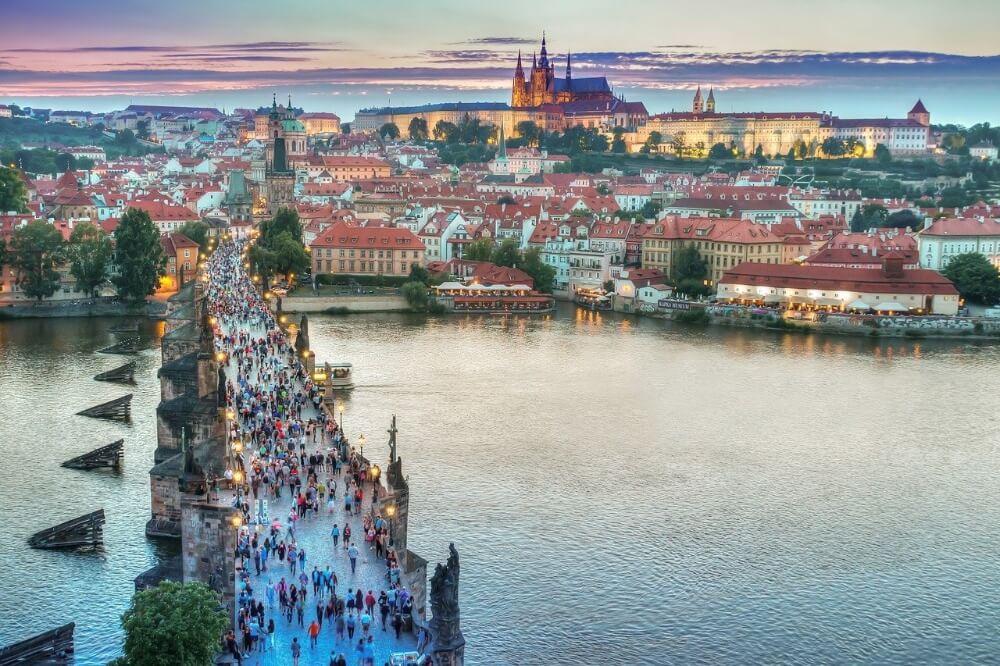 Most w Pradze, Czechy, widok na miasto, legalizacja konopi
